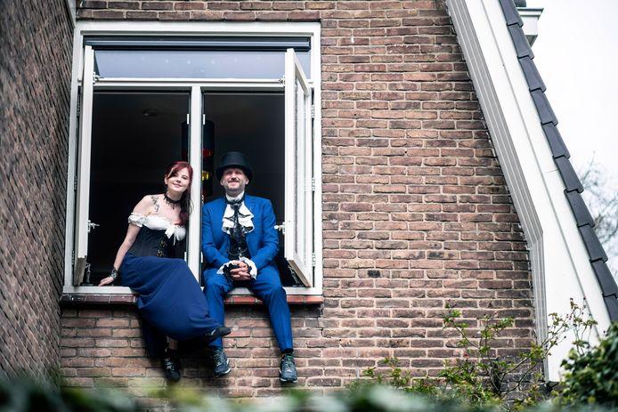 Speciaal voor de foto showen Laura en Thabo hun huwelijksoutfit in steampunk stijl.
