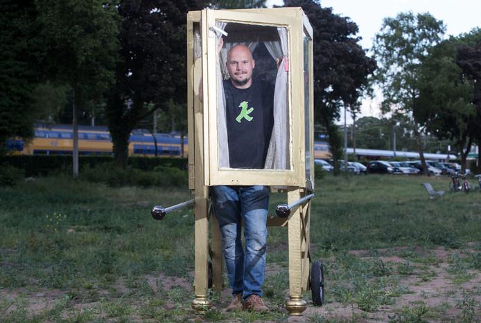Kunstenaar Martijn Mossing Holsteijn tijdens het Popup Festival van vorig jaar.