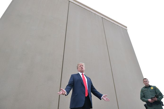 President Trump inspecteert prototypes van de grensmuur die hij wil bouwen tussen de VS en Mexico.