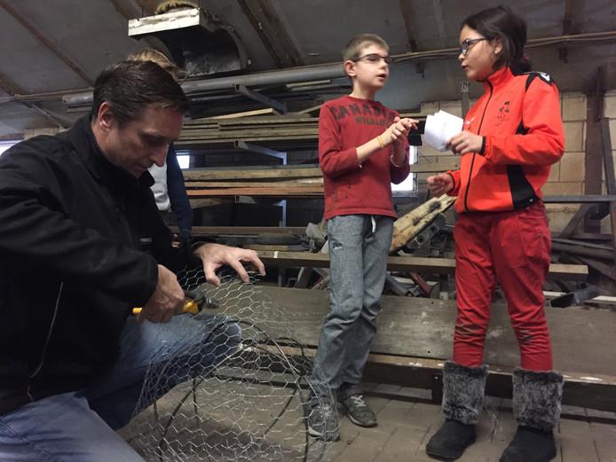 Terwijl Ruben (staand L) en Amy (staand R) nog even overleggen, bouw Jack Kox aan hun carnavalswagen