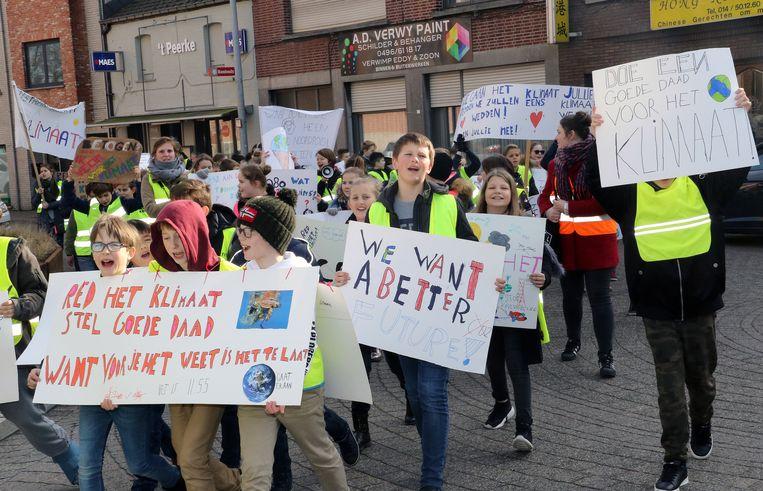 De leerlingen komen op straat met zelfgemaakte klimaatslogans.