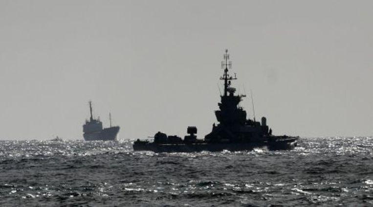 De Rachel Corrie (L) vaart onder begeleiding de haven van Ashdod in. ANP Beeld