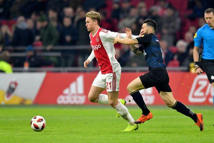 Frenkie de Jong als Ajacied in duel met Willem II'er Pol Llonch.