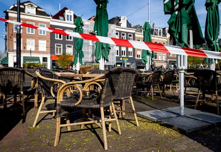 Afgesloten terrassen op het Marie Heinekenplein tijdens de coronacrisis.  Beeld ANP