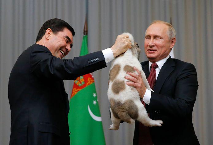 Vladimir Putin krijgt een hond cadeau van de leider van Turkmenistan.