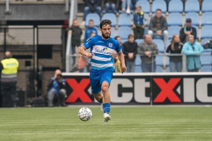 Destan Bajselmani in actie voor PEC tegen ADO Den Haag in één van zijn drie eredivisieduels. Daar blijft het waarschijnlijk niet bij, de back tekent een profcontract voor twee jaar in Zwolle.