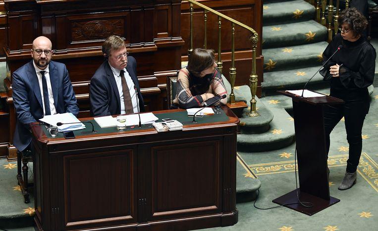 Premier Michel (MR, links) antwoordde vandaag in de Kamer op vragen over het Catalaanse referendum.
