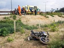 Motorrijder gewond bij ongeval op N348, motor over hek gelanceerd