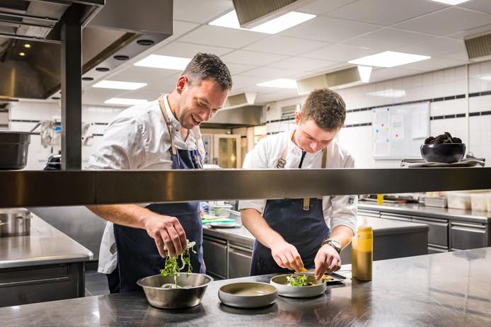 Chef Bjorn Stukje en souschef Jasper Dorresteijn in de keuken van restaurant HFSLG.