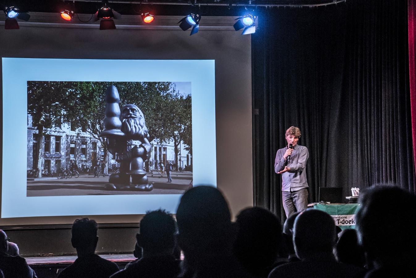 Herco Kruik houdt op het Natte T Festival een verhaal over 'kabouter Buttplug'.