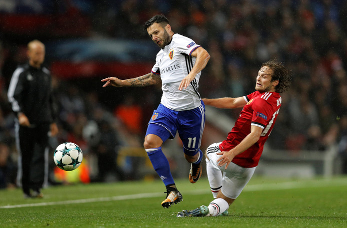 Daley Blind probeert de bal te veroveren tegen Basel.