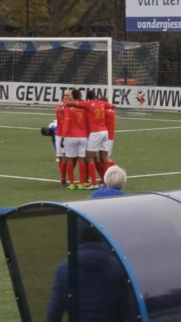 Hoek-spelers vieren samen de goal van Nathan Lagrou.