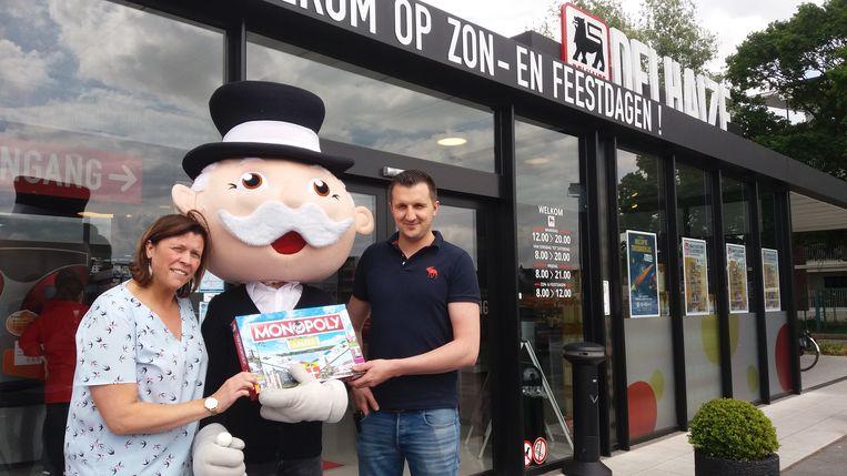 Olivier Dupon en Severien tonen de doos van het Aalters Monopoly-spel.