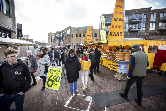 De drukbezochte markt in Almelo op zaterdag 14 maart, vlak voor de strenge coronamaatregelen werden afgekondigd.