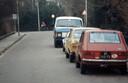 Hier lijken voor de leken alleen maar auto's te zien, maar als tussenbeeld voor de fietser in de Tulpenstraat is het natuurlijk een mooi tijdsbeeld.