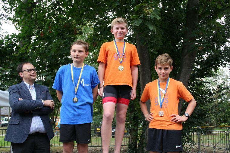 Het podium van het het 6de leerjaar met winnaar Arnaud Delimont voor Edouard Demaaght en Loïc Vleminckx
