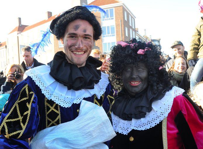 In Middelburg lopen dit jaar toch nog voor de helft Zwarte Pieten mee bij de intocht van Sinterklaas. Volgend jaar zijn er alleen nog roetveegpieten.