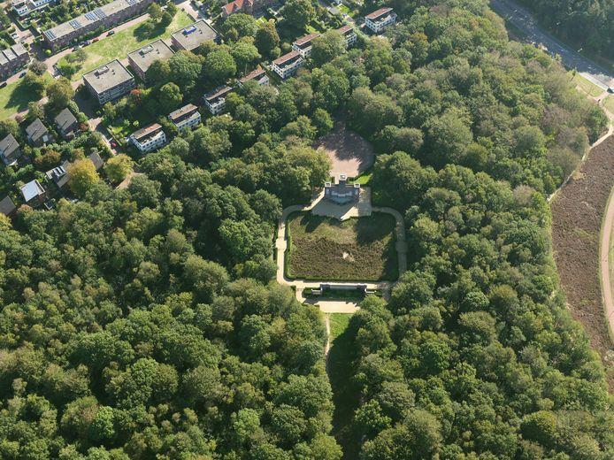 Het Belgenmonument in Amersfoort wordt omgeven door bomen.