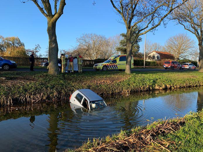 Een automobilist belandde met de auto in het water langs de N484.