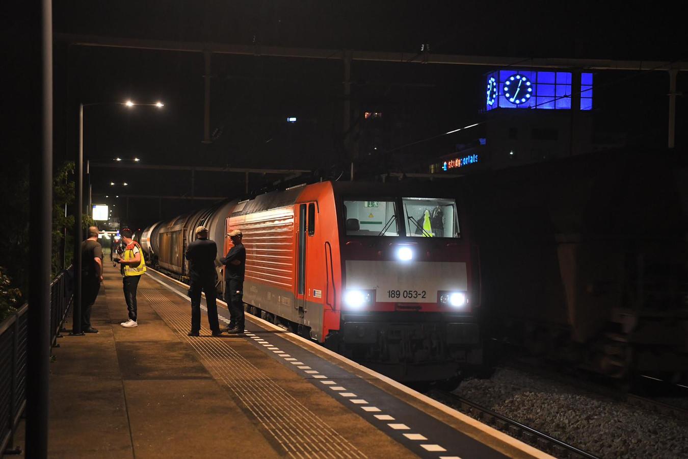 De goederentrein kwam iets verderop op het station tot stilstand.
