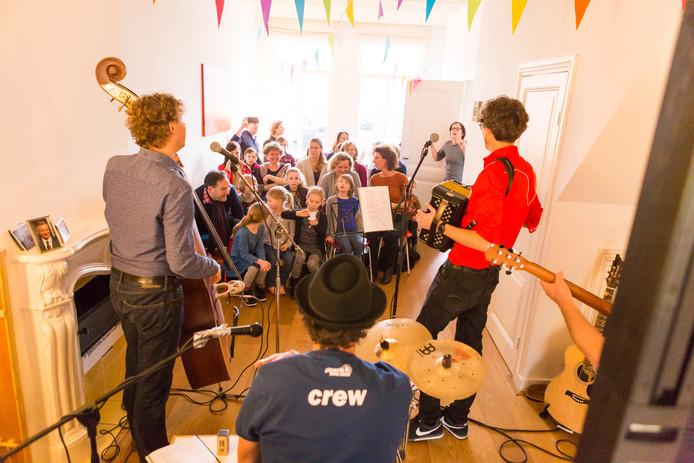 Een optreden van een muziektrio tijdens een voorgaande editie van Gluren bij de Buren.