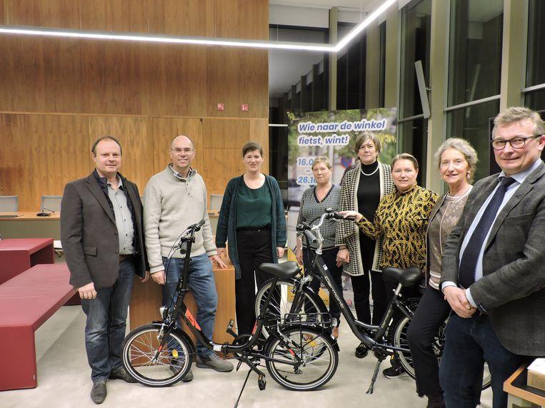 Winnaars Lies Maertens en Anic Van de Kerchove kregen hun fiets van het Deinse stadsbestuur.