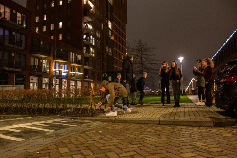 De gemeente Tilburg heeft voor het eerst vuurwerkvrije zones gecreëerd, vijf in totaal. De Kempenaarplaats, nabij de Piushaven, is er één van. Buiten word al wat vuurwerk afgestoken door de vrienden. Ze doen dat op de Galjoenstraat, aangrenzend aan de vuurwerkvrije zone Kempenaarplaats.  Beeld John van Hamond