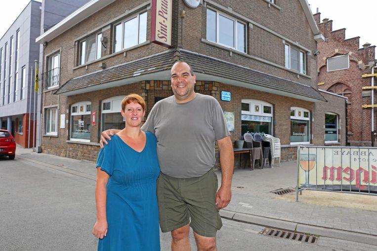 Cafébazen Timi Peeters en Dirk Haverals zeggen hun zaak in de Processiestraat vaarwel.