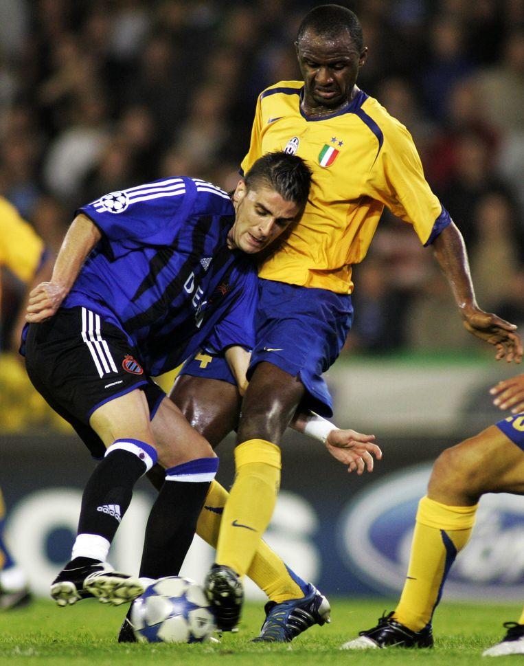 Patrick Vieira vecht met Javier Portillo om de bal.