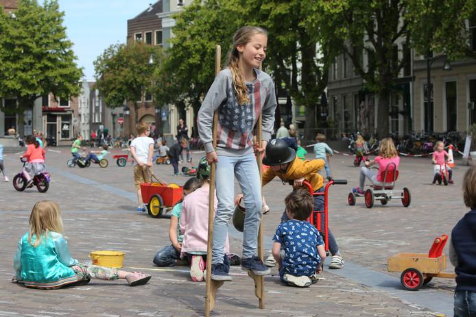 Sinds 1995 kunnen kinderen in de zomermaanden elke woensdag- en zondagmiddag Spelen op de Brink in Deventer.