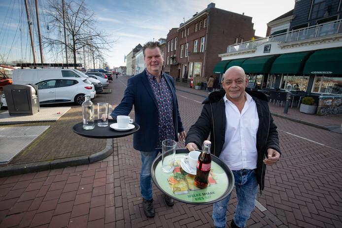 Horecaondernemers Remmert Krantz (r, De Bastaard) en Richard Rosink (De Vier Jaargetijden) investeren in  nieuwe terrassen, nu de proef is geslaagd.