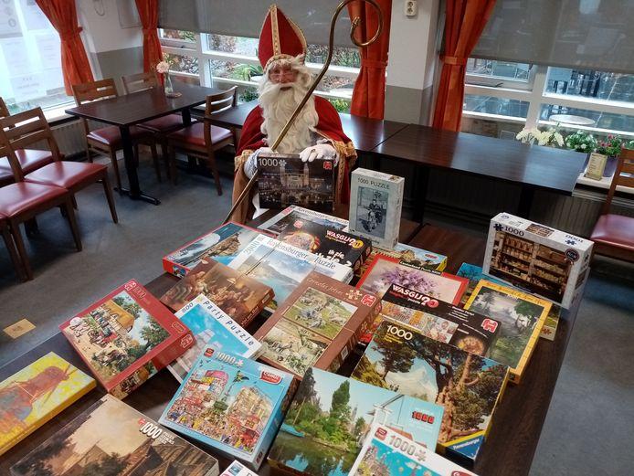Sinterklaas heeft de puzzelbank in het Parkpaviljoen in Waalwijk officieel geopend.