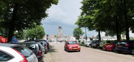 Massaal protest tegen parkeren op de Worp in Deventer
