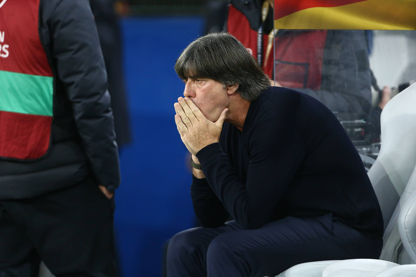 Joachim Löw verbijt zich tijdens Duitsland-Nederland.