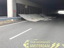 Wandpanelen viaduct op snelweg, deel A10 afgesloten