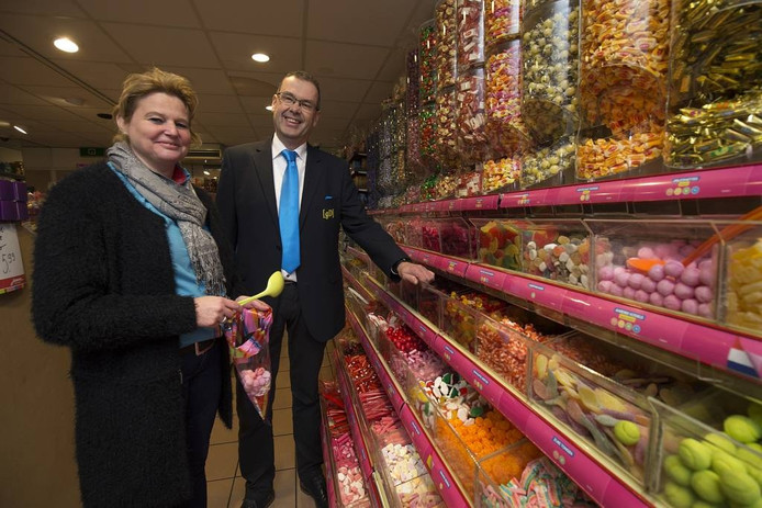 Rob Dissel met Karin in hun winkel in de Hamburgerstraat. Foto: Theo Kock