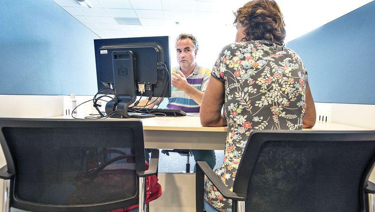 Een arbeidsbemiddelaar van UWV praat in Haarlem met een vrouw die onlangs is ontslagen Beeld Guus Dubbelman/ De Volkskrant