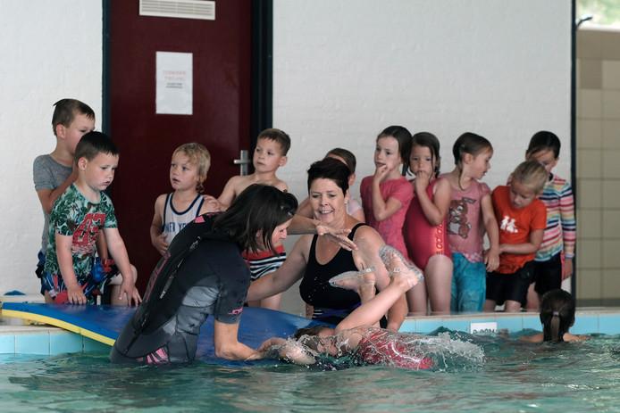 Zwemles in Lobith op archiefbeeld.