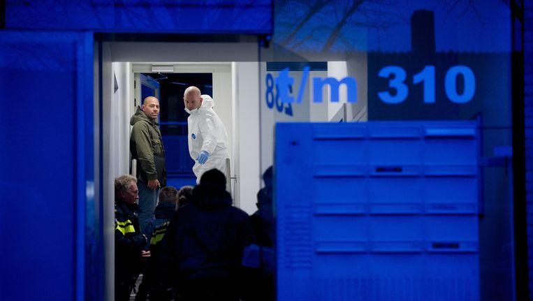 Agenten en forensisch medewerkers in november op de Cornelis Outshoornstraat. Beeld anp