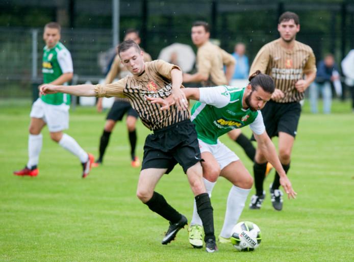 Een speler van De Westhoek in actie tegen FC Dordrecht.