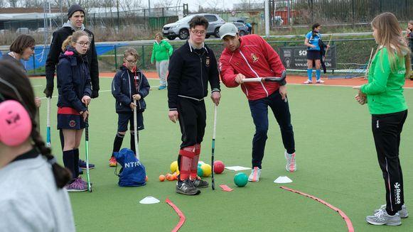De leden van het nationale hockeyteam gaven mee training.