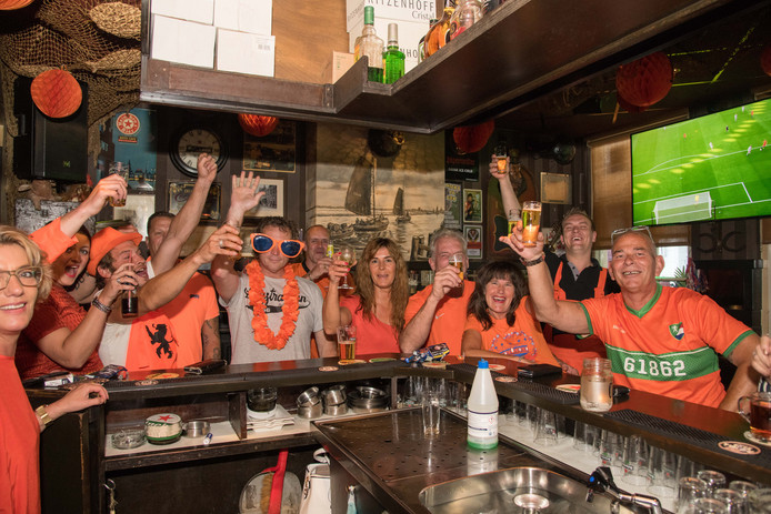 Elburg - De oranjegekte in de Citybar slaat toe. FOTO:BRAMVANDEBIEZEN