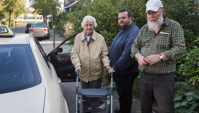 Taxichauffeur Vincent van der Leek (midden)kreeg een boete toen hij een hoogbejaarde vrouw ophaalde.
