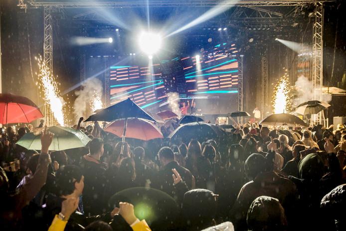 Jurre KLuin Dj Seaze is afsluitende act van Rooskleurig festival op een volle Markt. Foto Evy van Nispen