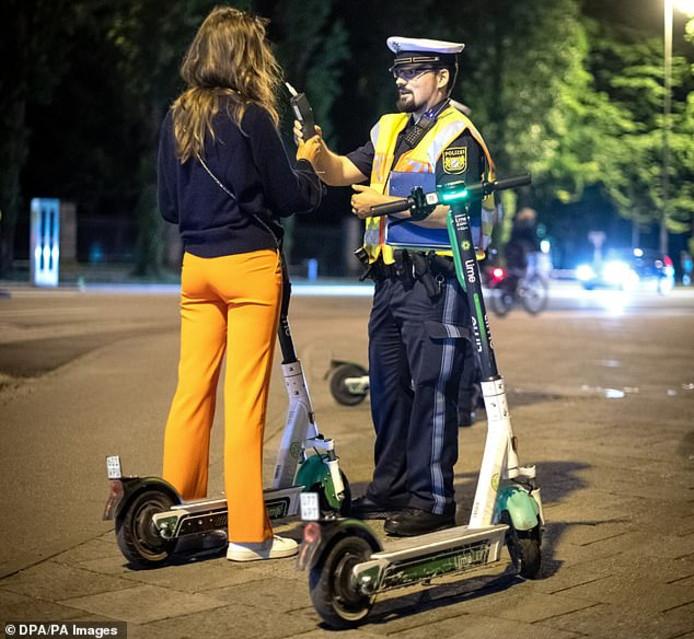 Een alcoholcontrole in Duitsland bij de bestuurder van een elektrische step.