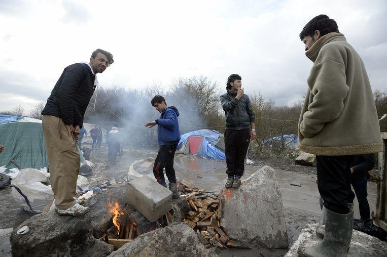 Migranten in het kamp Grande Synthe nabij Duinkerken. Foto uit 2016. De politie ontruimde het kamp in september.