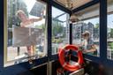 Klussen om van het brugwachtershuisje een koffietentje te maken, rechts architect Anna van der Wedden.
