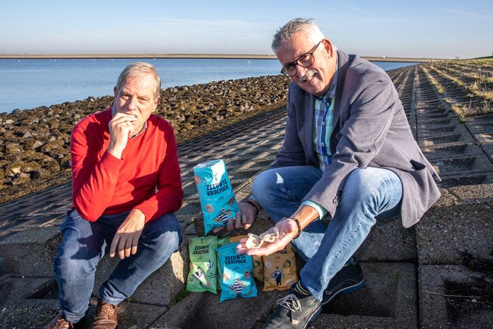 Theo Middelkoop (links) en Kees Griep laten zich de kroepoek smaken.