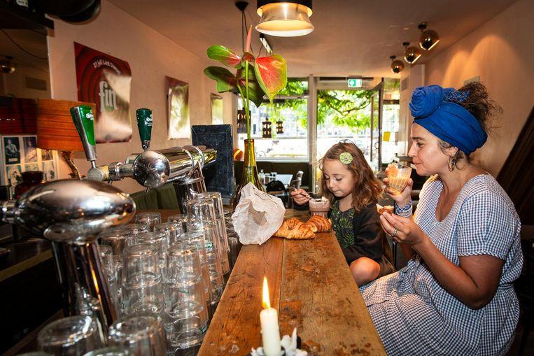 Vivian Devries met dochter Uma. 'Finch is altijd mijn huiskamer geweest' Beeld Dingena Mol