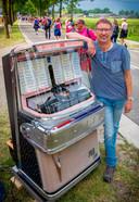 Op de tweede dag van de Vierdaagse in Nijmegen - de Dag van Wijchen - geeft Henk Donkers uit Asten-Heusden met zijn jukebox de lopers een muzikale oppepper.